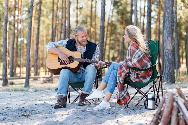 Vriendje akoestische gitaar spelen met zijn vriendin Gratis Foto