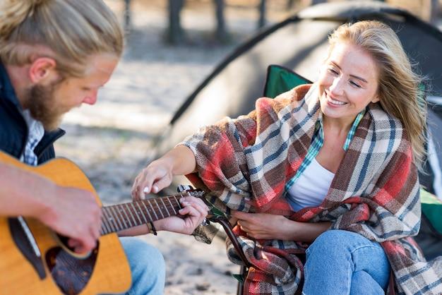 Vriendje akoestische gitaar zijaanzicht spelen Gratis Foto