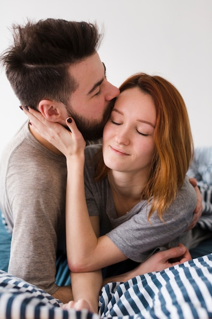 Vriendje kussen zijn vriendin voorhoofd close-up Gratis Foto