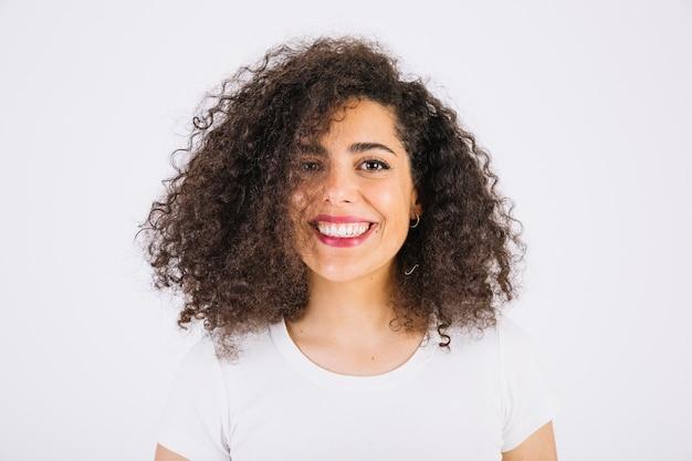 Vriendschappelijke brunette die camera bekijkt Gratis Foto