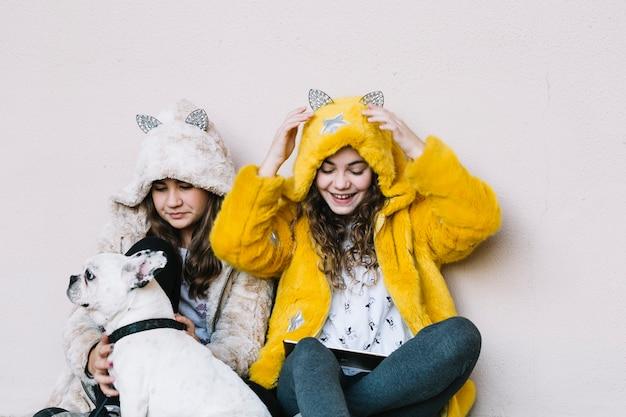7ea597a6a9a Vriendschapsconcept met twee meisjes en hond Foto   Gratis Download