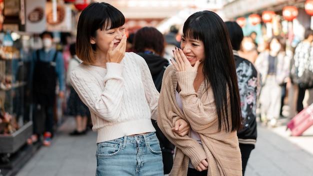 Vrij aziatische meisjes die samen lachen Gratis Foto