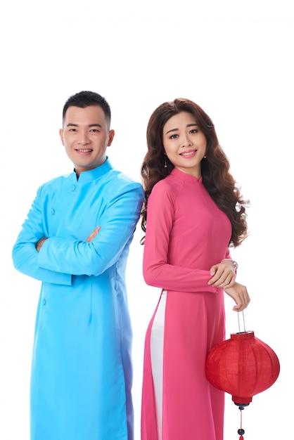 Vrij aziatische paar staande schouder aan schouder vrouw die chinese lantaarn houdt Gratis Foto