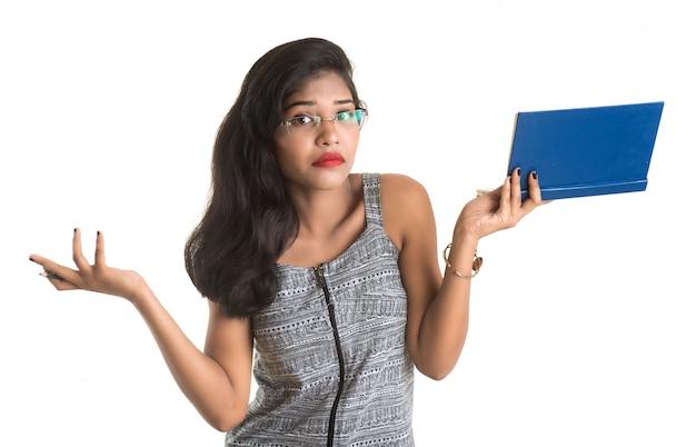Vrij het jonge boek van de meisjesholding en het stellen op witte ruimte Premium Foto