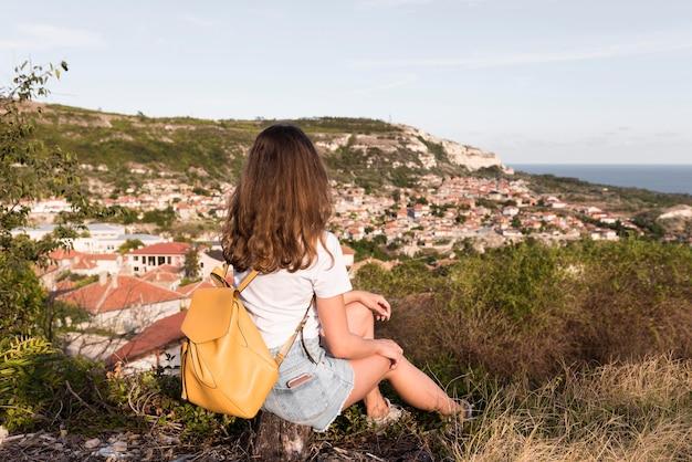 Vrij jong meisje dat van landschap geniet Gratis Foto