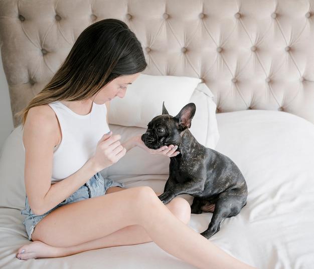 Vrij jong meisje met haar kleine puppy Gratis Foto