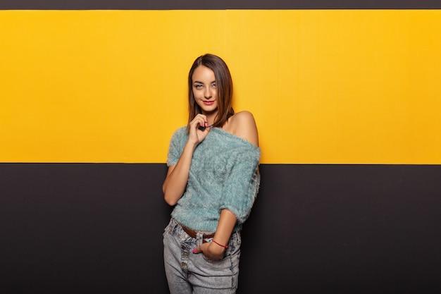 Vrij jonge dame die rond in studio voor de gek houden Gratis Foto