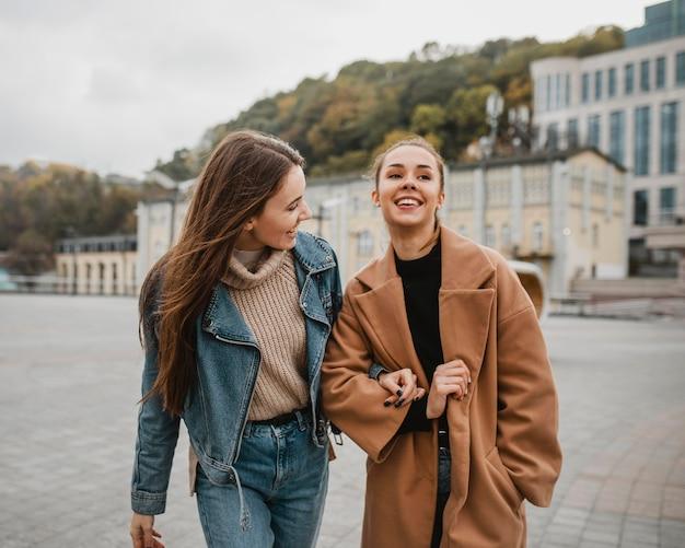 Vrij jonge meisjes die buitenshuis poseren Premium Foto