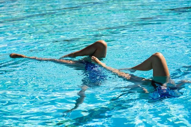 Vrij jonge meisjes die in het water stellen Gratis Foto