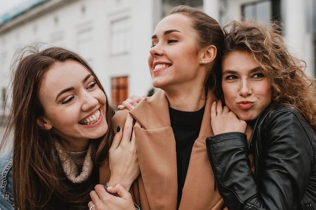 Vrij jonge meisjes die samen plezier hebben Gratis Foto