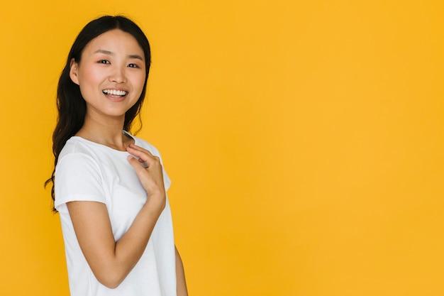 Vrij jonge vrouw die met exemplaarruimte glimlacht Gratis Foto