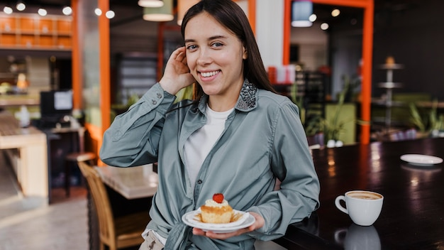 Vrij jonge vrouw die van een koffiepauze geniet Gratis Foto