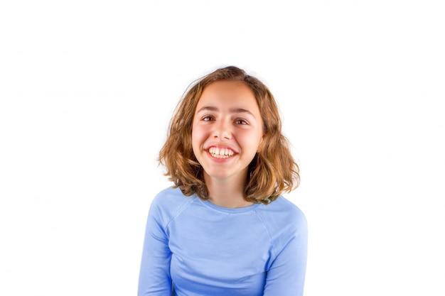 Vrij schattig lachend tienermeisje in klassiek blauw t-shirt Premium Foto