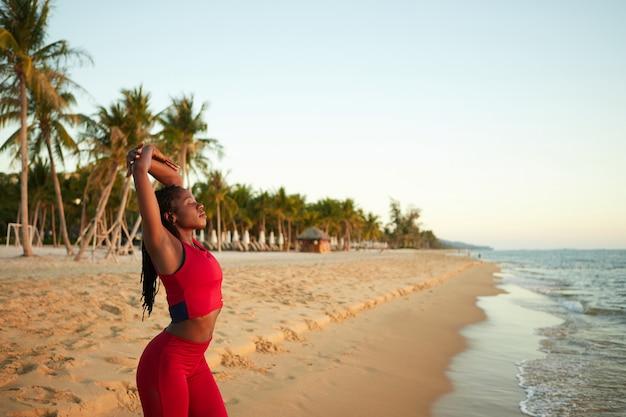 Vrij uitrekkende jonge vrouw Premium Foto