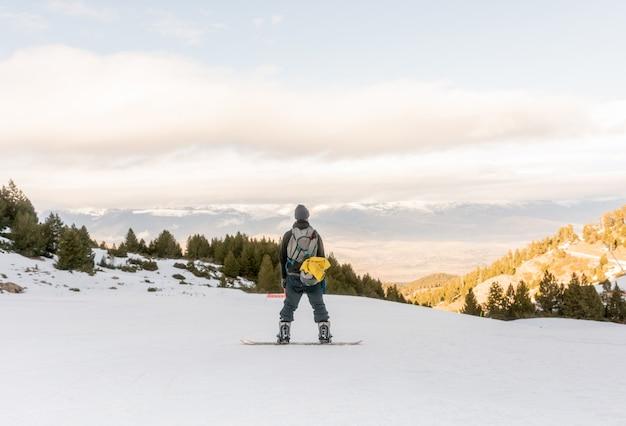 Vrije ruiter die van de sneeuw geniet Premium Foto