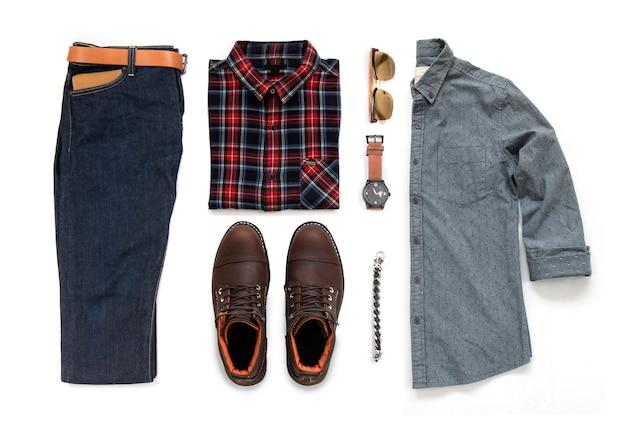 Vrijetijdskleding heren set met bruine laars, horloge, spijkerbroek, riem, portemonnee, zonnebril, kantoor shirt en armband geïsoleerd op een witte achtergrond, bovenaanzicht Premium Foto