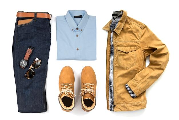 Vrijetijdskleding heren voor herenkleding met blauw shirt, spijkerbroek, riem, horloge, zonnebril en gele laars geïsoleerd op een witte achtergrond, bovenaanzicht Premium Foto