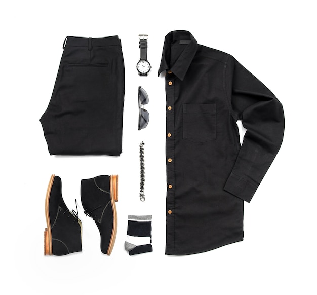 Vrijetijdskleding heren voor herenkleding met zwarte schoenen, horloge, sok, broek, zwart shirt en armband isoleren op witte achtergrond, bovenaanzicht Premium Foto