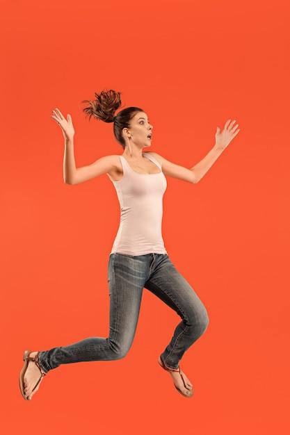 Vrijheid in beweging. in de lucht schot van vrij gelukkig jonge vrouw springen Gratis Foto