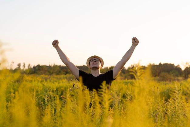 Vrijheidsconcept met een jonge man in de natuur Gratis Foto