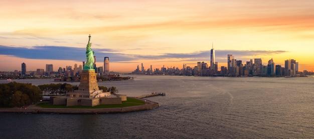 Vrijheidsstandbeeld in de stad van new york Premium Foto