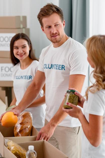 Vrijwilligers die helpen met voedseldonaties Gratis Foto