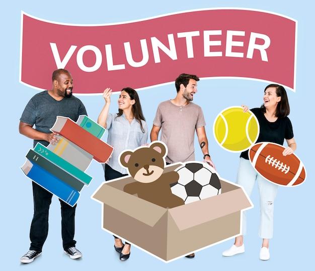 Vrijwilligers die spullen doneren aan een goed doel Gratis Foto