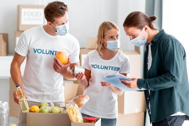 Vrijwilligers helpen en inpakken donaties voor wereldvoedseldag Gratis Foto