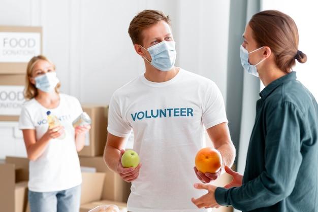 Vrijwilligers helpen en verpakken voedsel voor donatie Gratis Foto