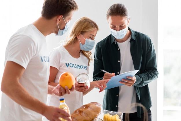 Vrijwilligers helpen met donaties voor voedseldag Gratis Foto