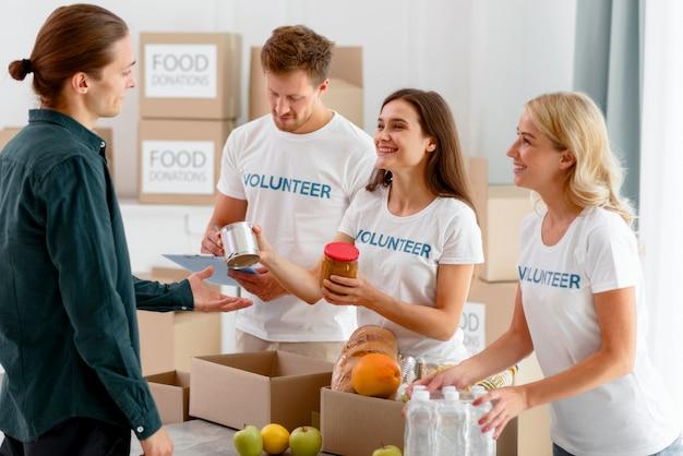 Vrijwilligers voor voedseldag die donaties uitdelen Premium Foto