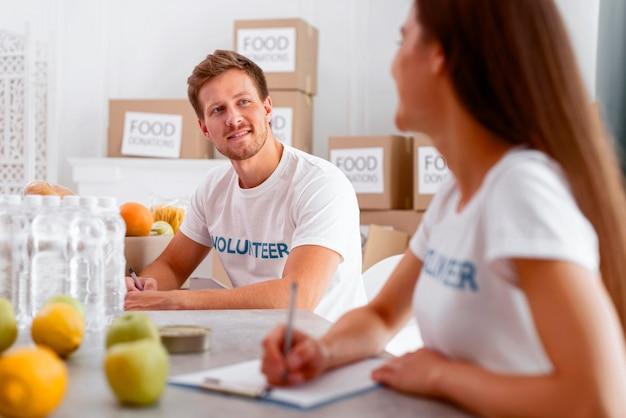 Vrijwilligers voor voedseldag die donaties voorbereiden Gratis Foto