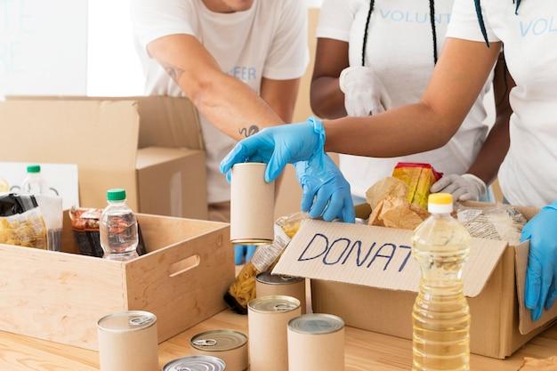 Vrijwilligers zorgen voor donaties Premium Foto
