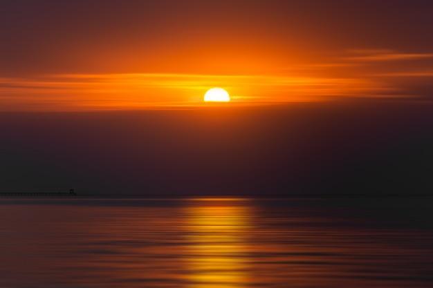 Vroege ochtend zonsopgangen boven de zee Premium Foto