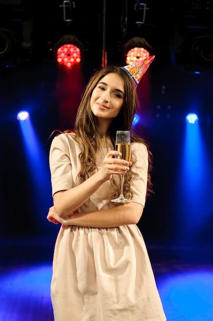 Vrolijk jong bedrijf viert verjaardag in een nachtclub. Premium Foto