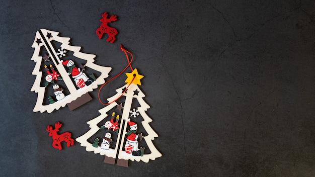 Vrolijk kerstboomspeelgoed op een zwarte achtergrond. Premium Foto