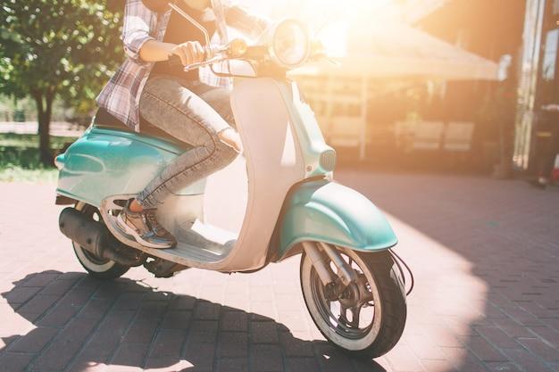 Vrolijk meisje scooter rijden in de stad Premium Foto