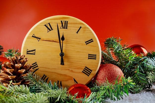 Vrolijk nieuwjaar happy holidays winter decoratieve klok fir tree met sneeuw Premium Foto