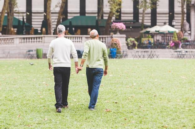 Vrolijk paar in het park in new york Premium Foto