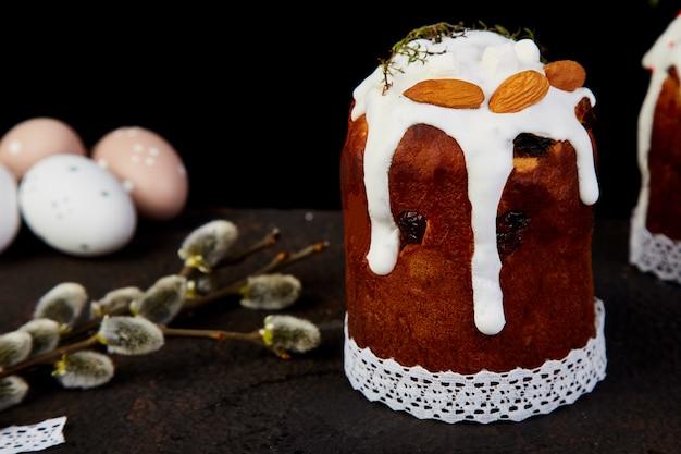 Vrolijk pasen, pasen-samenstelling met orthodoxe zoete cake, Premium Foto