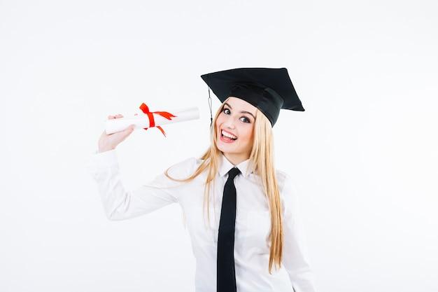 Vrolijke afstuderende vrouw met diploma Gratis Foto