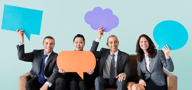 Vrolijke bedrijfsmensen die pictogram van de toespraakbel houden Premium Foto