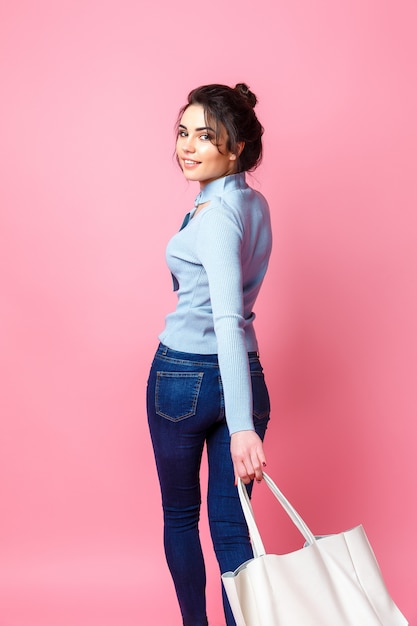 Vrolijke casual vrouw met tas Premium Foto