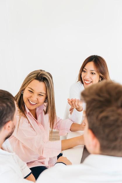 Vrolijke collega's die in bureau lachen Gratis Foto
