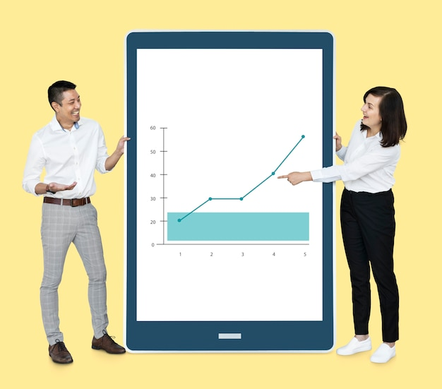 Vrolijke diverse mensen die een grafiek op een tablet tonen Gratis Foto
