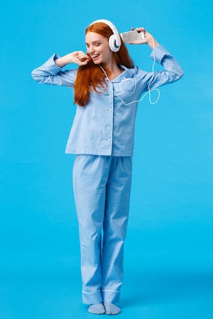 Vrolijke en vrolijke, zorgeloze roodharige tiener die danst en geniet van een prachtige ochtend Premium Foto