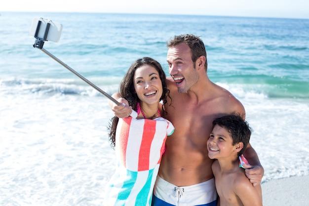 Vrolijke familie selfie te nemen op zee Premium Foto