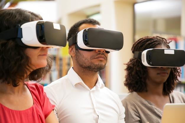Vrolijke gebruikers die een vr-bril dragen Gratis Foto