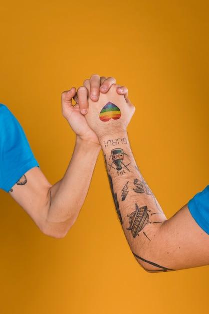 Vrolijke handen bij elkaar gehouden Gratis Foto
