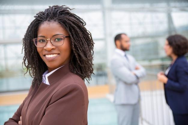 Vrolijke jonge zakenvrouw in brillen Gratis Foto
